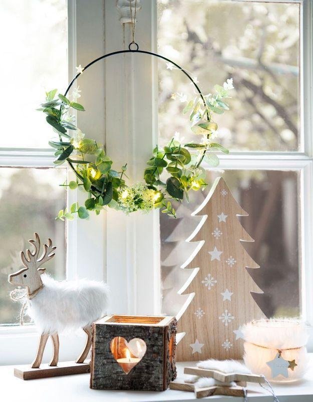 L'idée qu'on pique à la collection Noël Maisons du Monde : habiller le rebord de ses fenêtres et ses poignées des portes et de fenêtres