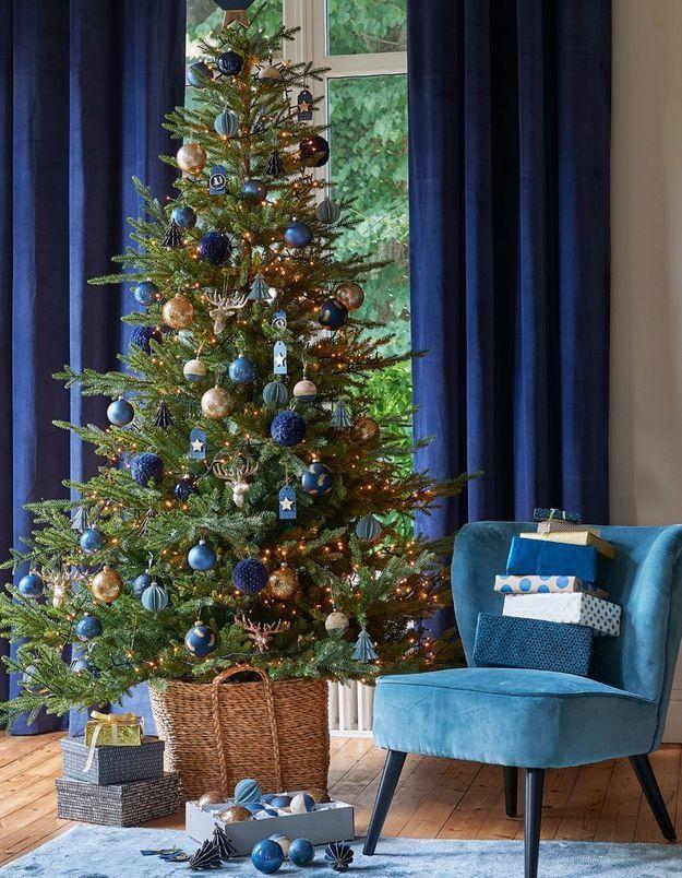 L'idée qu'on pique à la collection Noël Maisons du Monde : oser les boules de Noël bleues dans le sapin