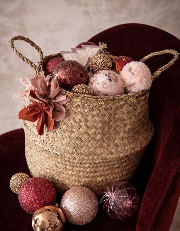 L'idée qu'on pique à la collection Noël Maisons du Monde : remplir des paniers de boules de Noël