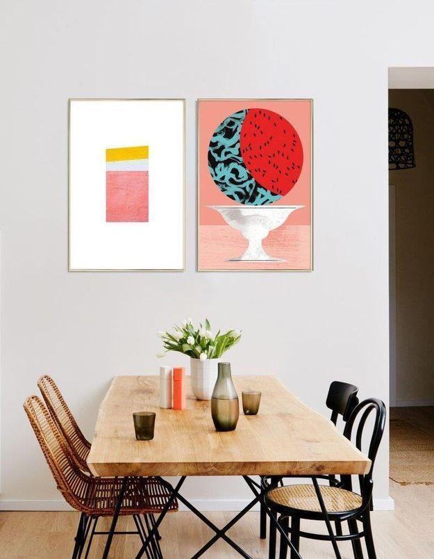 On adopte la décoration corail avec des tableaux dans la salle à manger