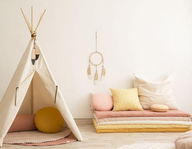 On adopte la décoration corail avec des textiles dans la chambre d'enfant