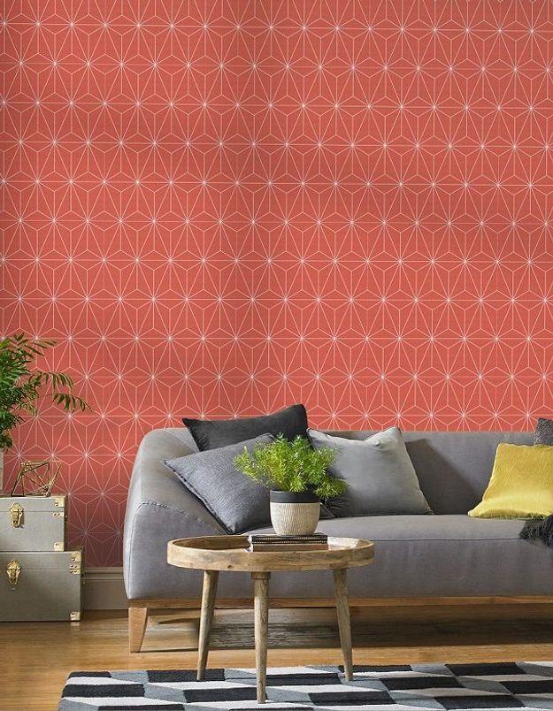 On adopte la décoration corail avec du papier peint dans le salon