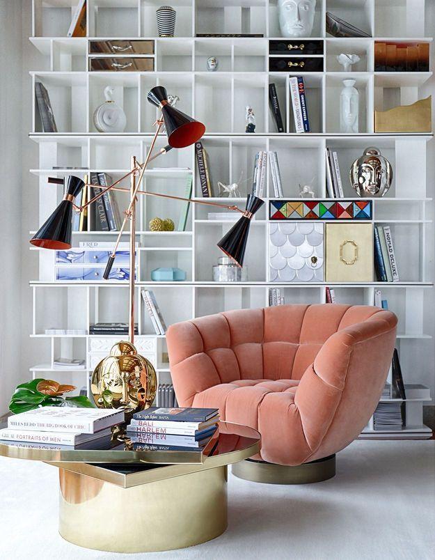 On adopte la décoration corail avec un fauteuil dans le salon
