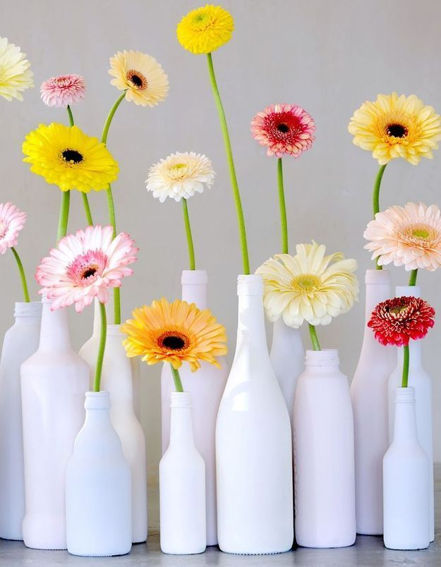 Des bouteilles détournées en soliflores et qui accueillent une fleur pop