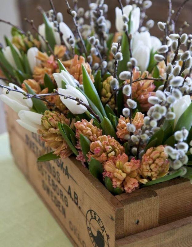 Un bouquet de fleurs de saison dans une vieille caisse en bois