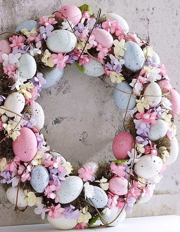 Une couronne de Pâques dans des teintes gourmades