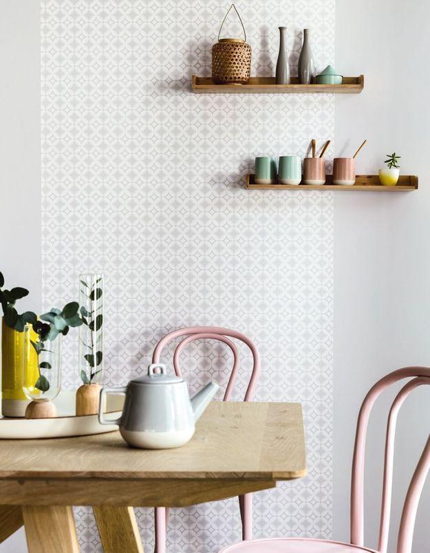 Des chaises en bois rose pâle
