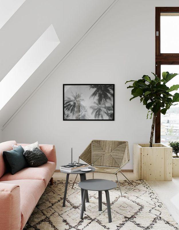 Un canapé rose pâle