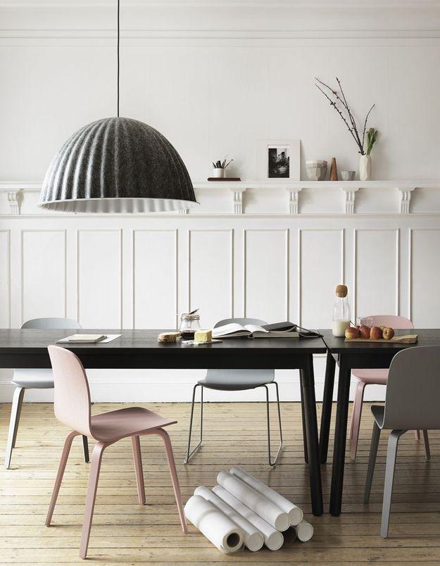 Des chaises contemporaines rose pâle