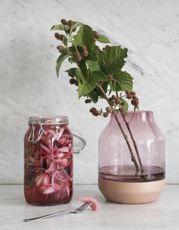 Un vase en verre rose pâle