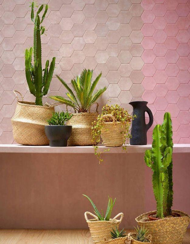Un revêtement mural en dalles de cuir rose pâle