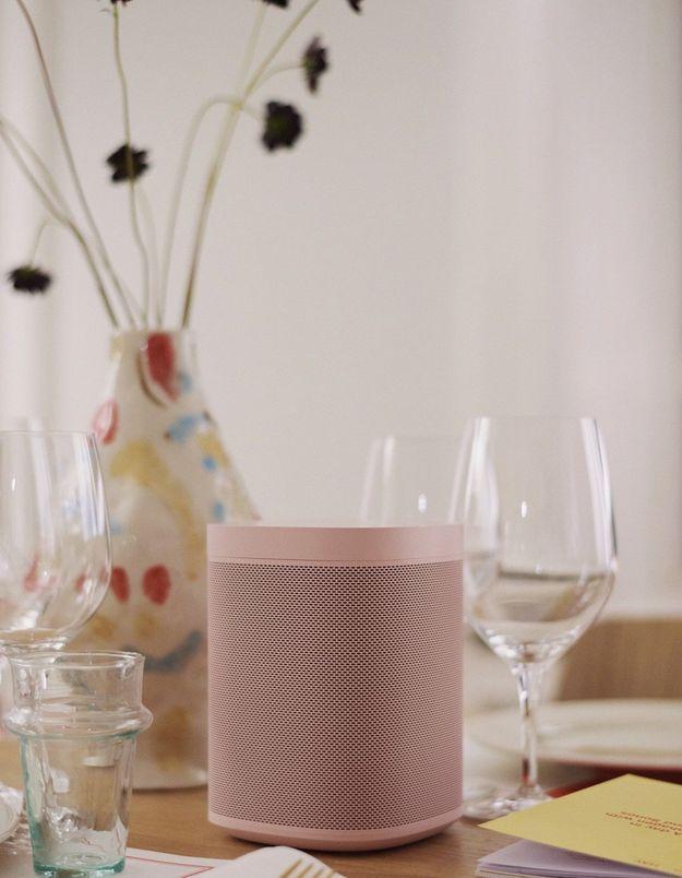 """Enceinte """"Sonos One"""" de Sonos x Hay pour sublimer une table de salle à manger"""