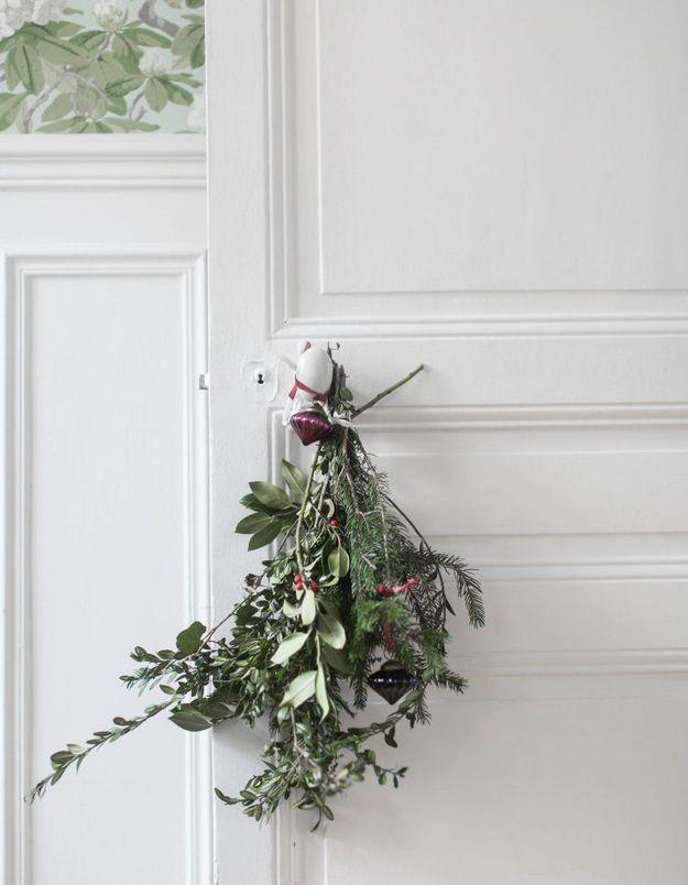 Un bouquet de fleurs séchées suspendu à une poignée de porte