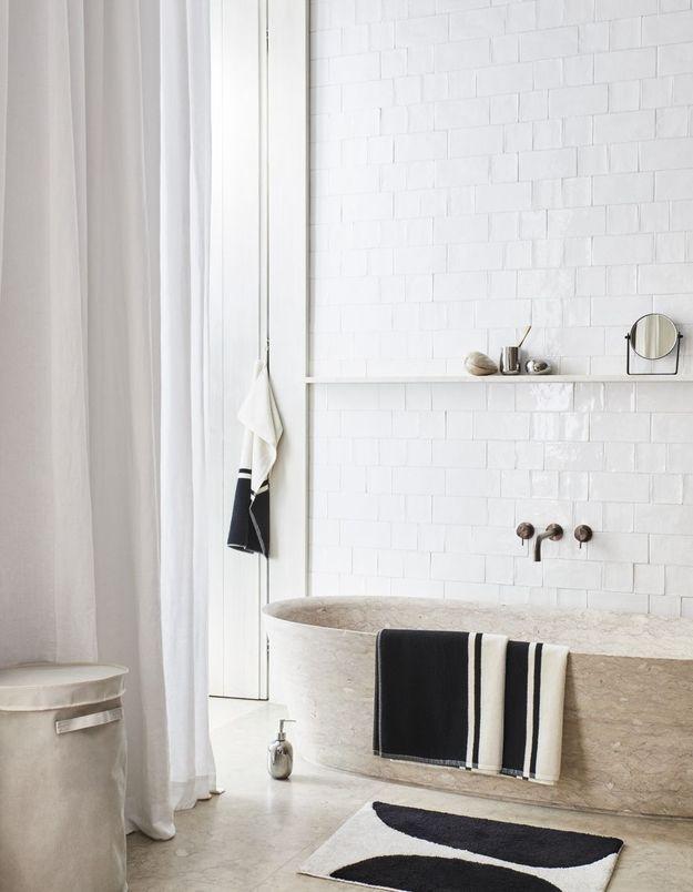 Une salle de bains sobre