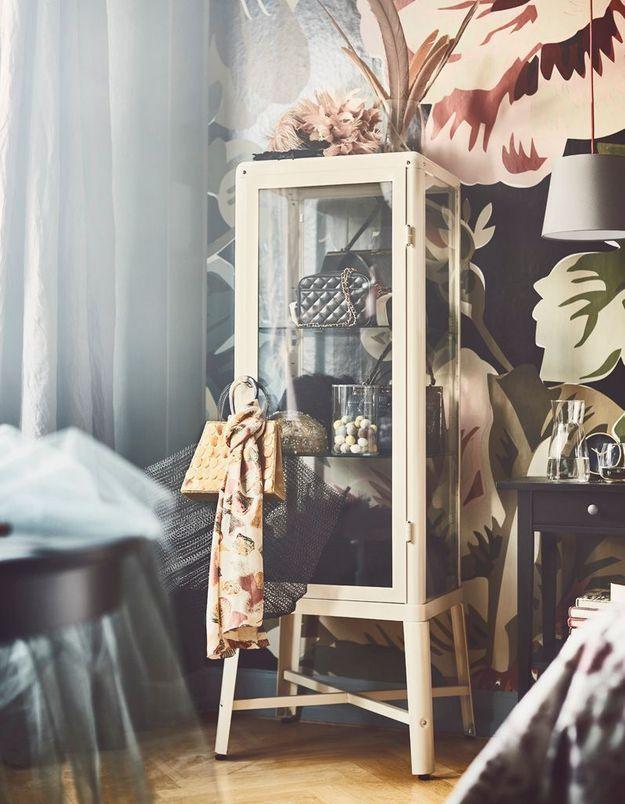 Ranger ses sacs dans un meuble vitrine