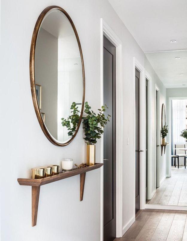 Le miroir rond dans le couloir pour décorer un espace vide
