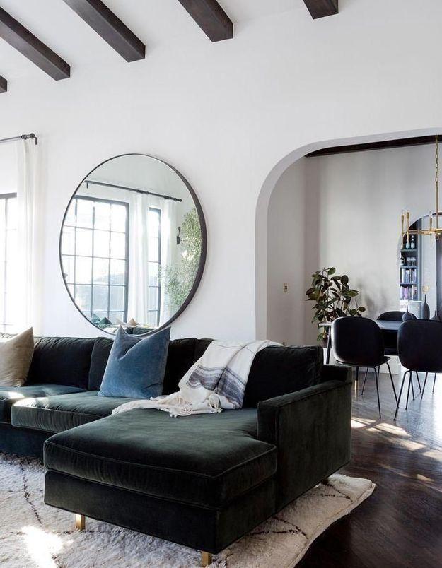 Le miroir rond dans le salon pour apporter encore plus de lumière