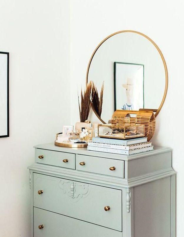Le miroir rond posé sur un meuble pour un esprit coiffeuse