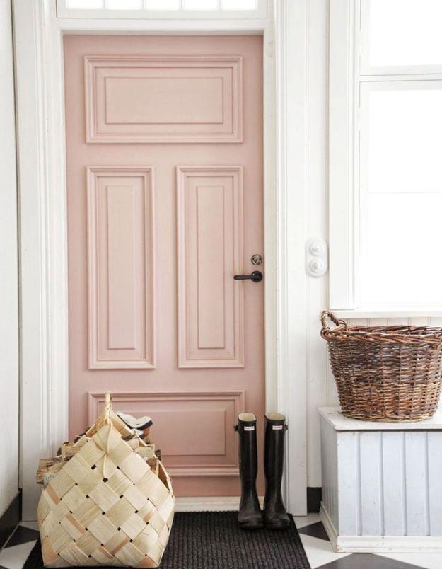 Une porte d'entrée rose et féminine