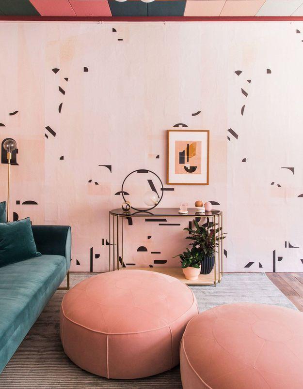 Un plafond rose assorti au revêtement mural et au mobilier