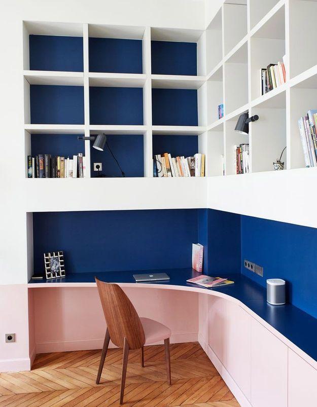 Un coin bureau rose et bleu qui mêle les genres