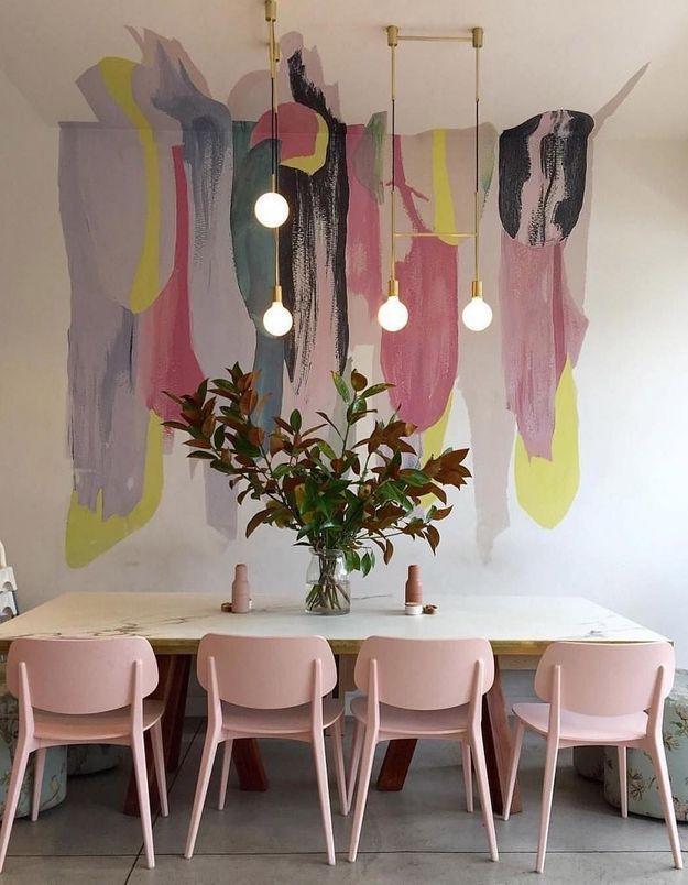 Des chaises rose au design scandinave