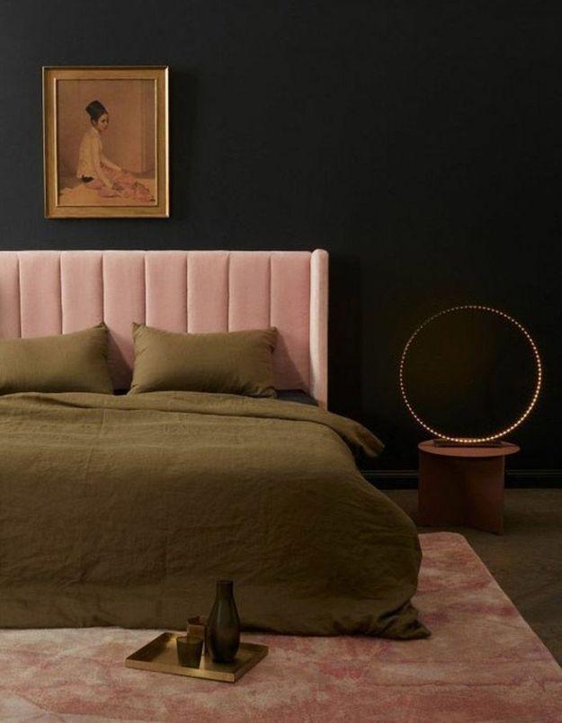 Une tête de lit rose et féminine