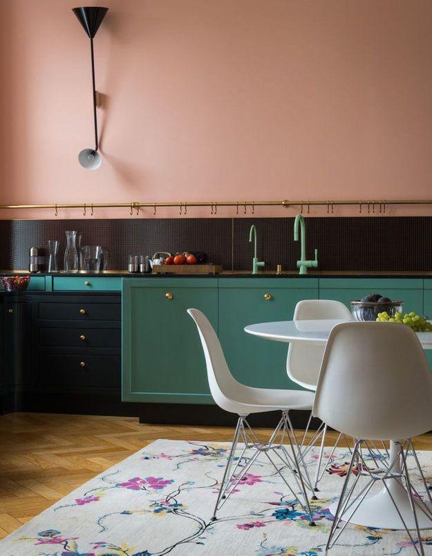 Une cuisine rose qui rencontre le vert