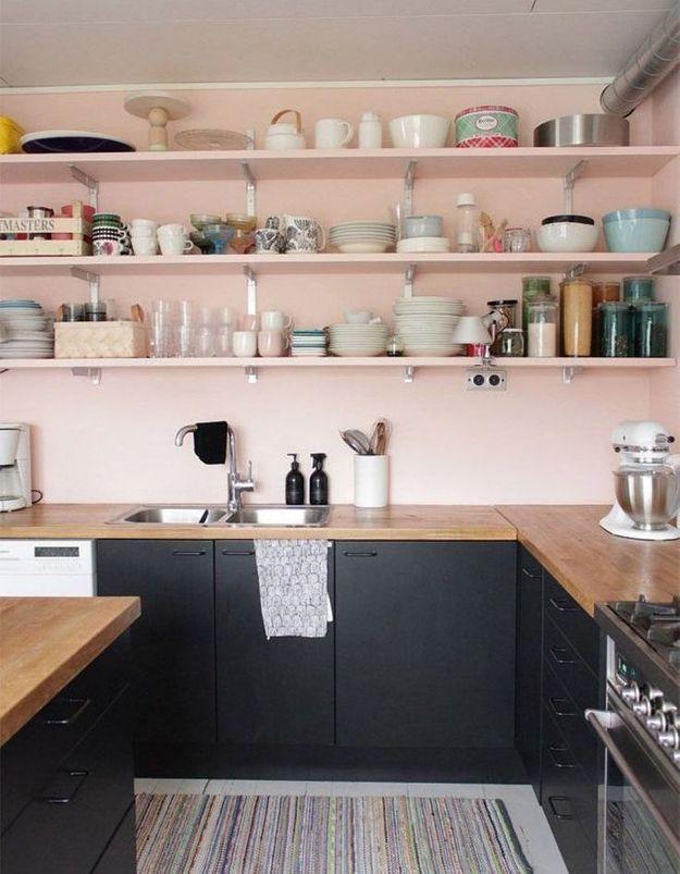 Des rangements de cuisine roses façon exposition