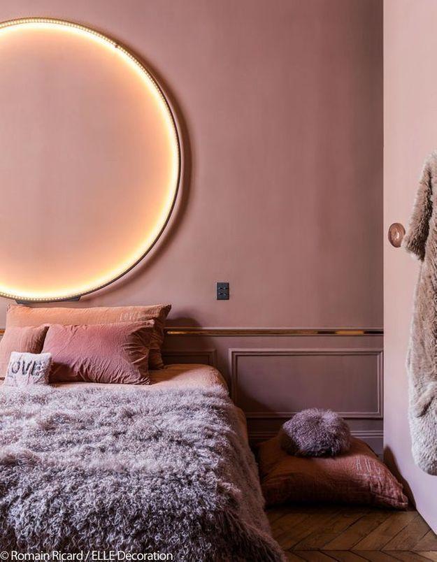 Une chambre rose qui réinterprète le style girly