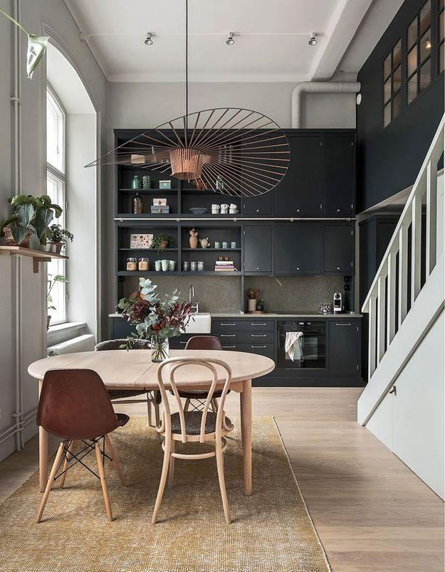 La suspension Vertigo cuivrée dans une cuisine magistrale