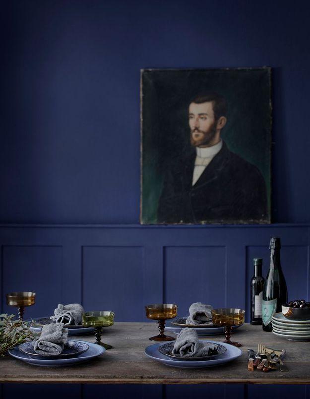 Une salle à manger bleu marine