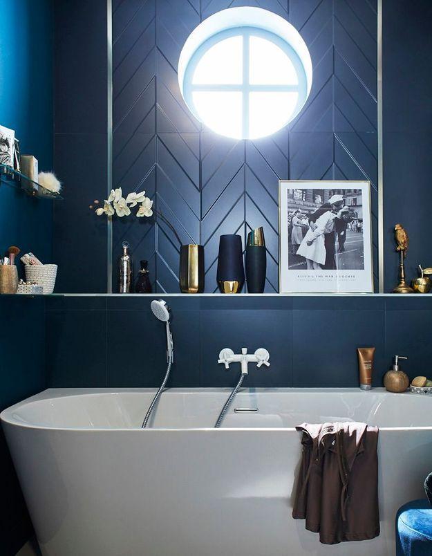 Une salle de bains bleu marine
