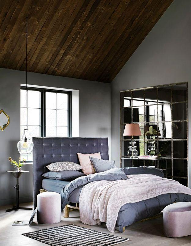 Une tête de lit au coloris violet