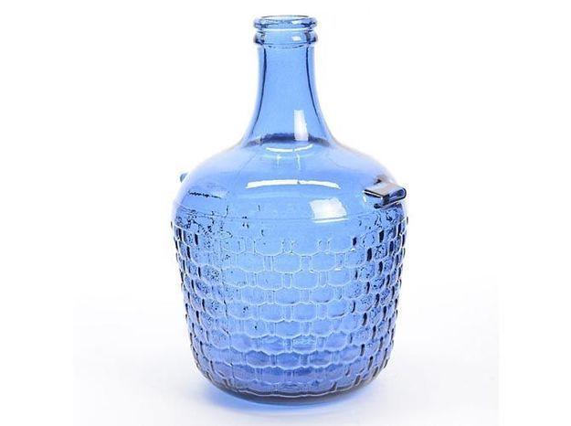 Une dame-jeanne en verre bleu