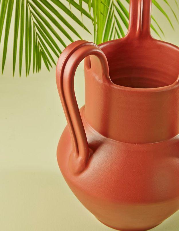 Un vase en céramique tourné à la main