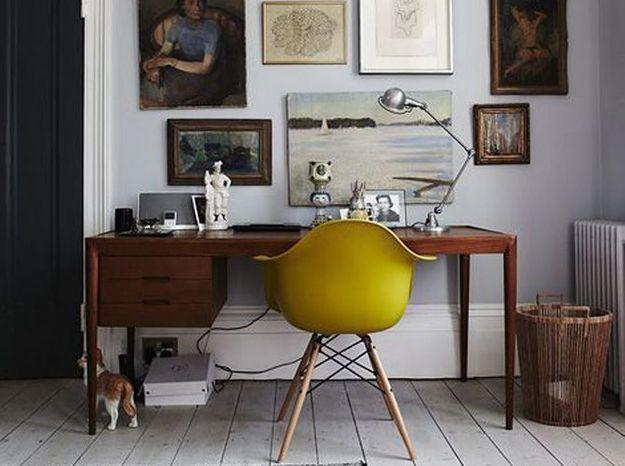Le jaune moutarde avec un meuble en bois