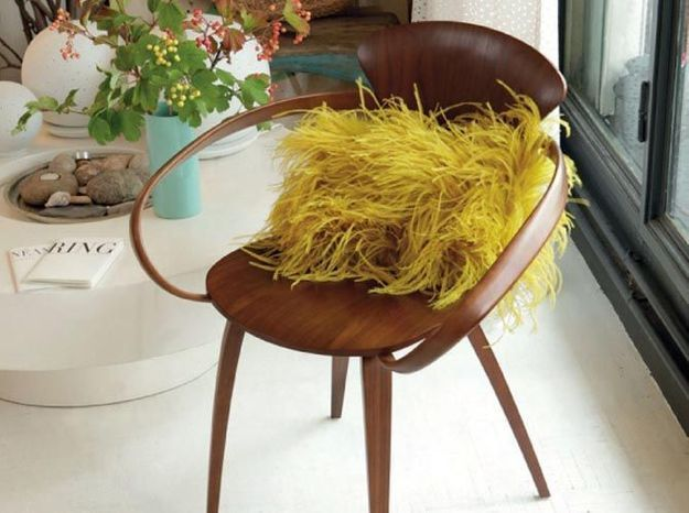 Un coussin jaune safran