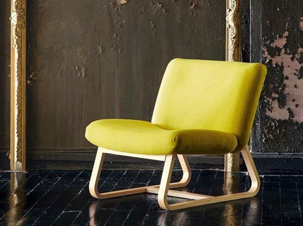 Un gros fauteuil jaune