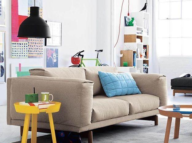Un petit meuble jaune