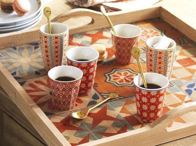 Des tasses à café à motif carreaux de ciment