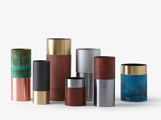 Des vases longilignes en marbre, laiton et cuivre
