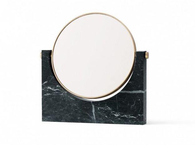 Un petit miroir à poser en marbre noir