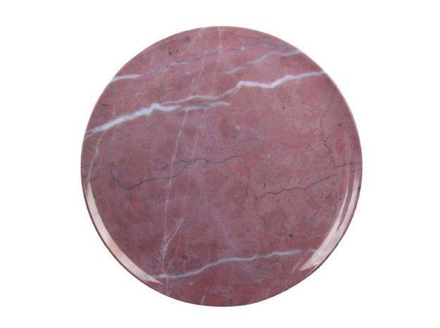 Une assiette plate effet marbre rouge