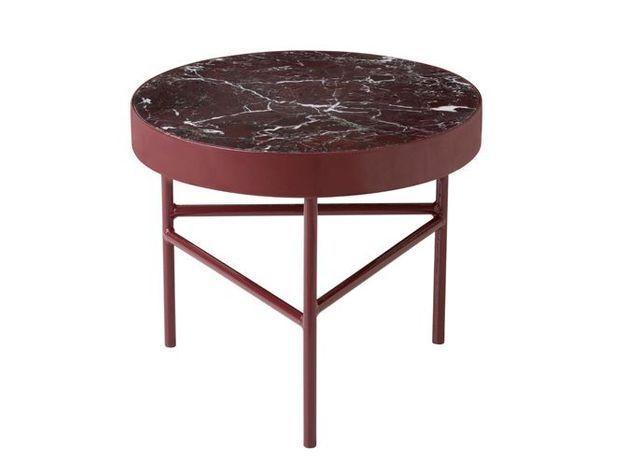 Une élégante table basse en marbre bordeaux