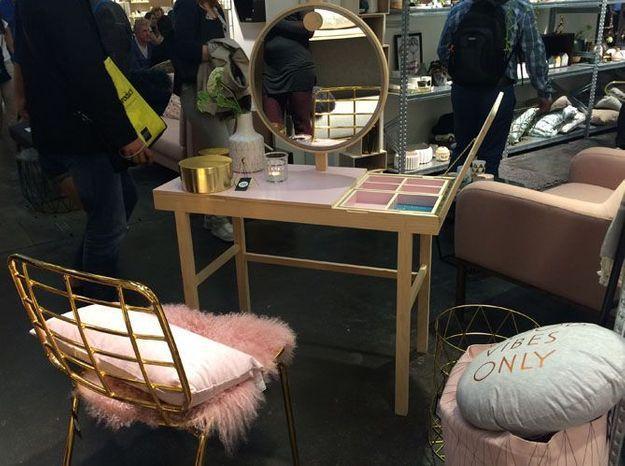 La coiffeuse rose et sa chaise cuivrée de Bloomingville