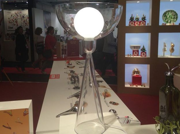 La lampe à poser en verre d'Alessi