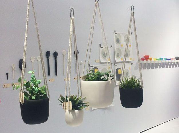 Les pots de fleurs suspendus en résine de Tina Frey