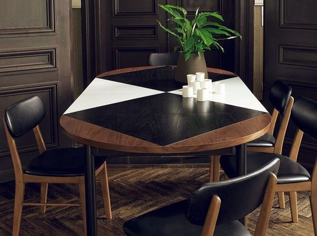Une grande table qui mixe noir et blanc