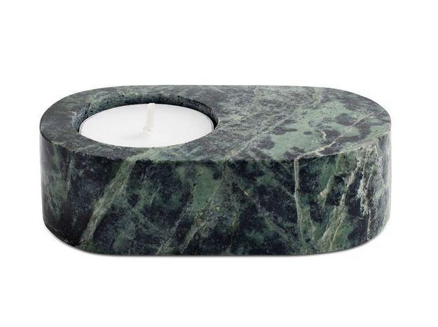 Un petit bougeoir en marbre vert